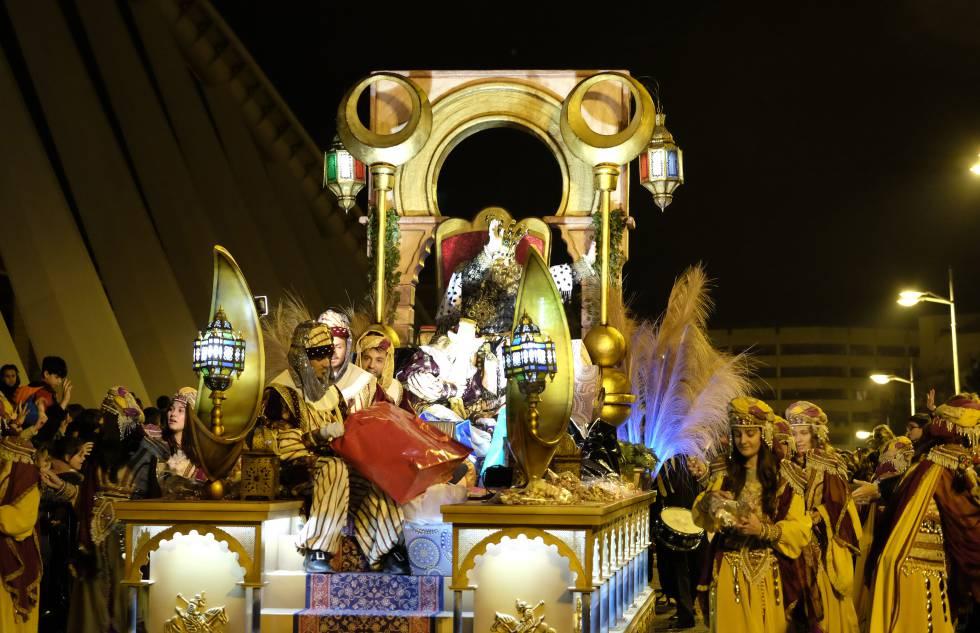 Carrozas De Reyes Magos Fotos.Cabalgata Reyes Valencia Una Cabalgata De Reyes Mas Larga Y
