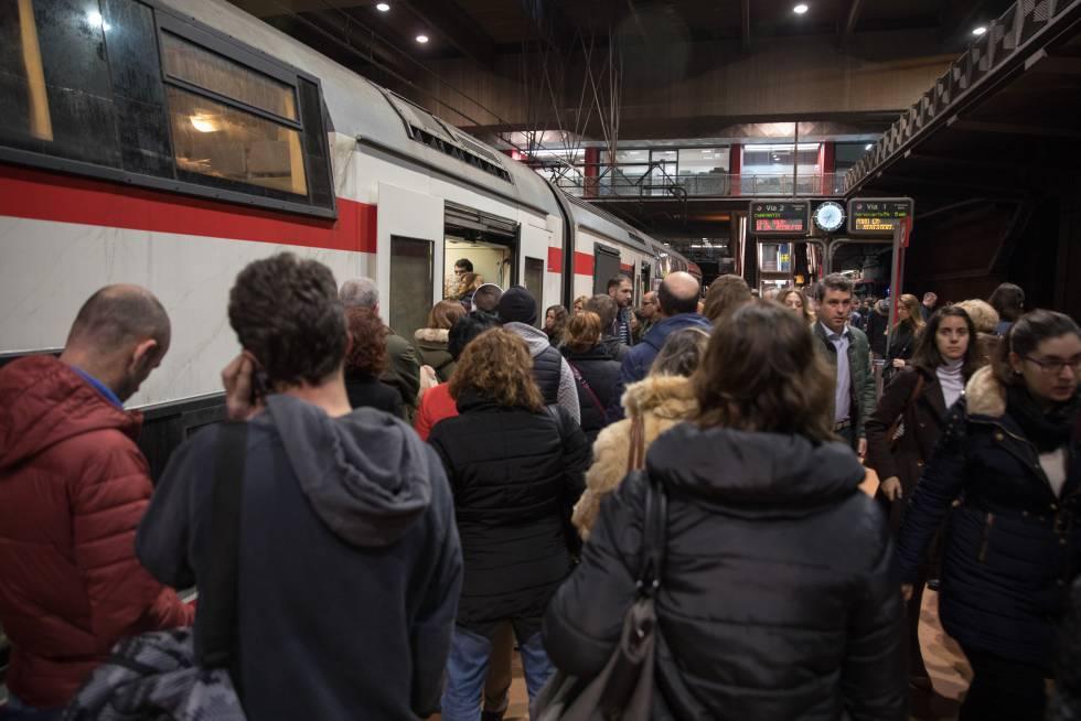 Usuarios de la red de Cercanías de Madrid esperan un tren en la estación de Atocha, el pasado jueves.