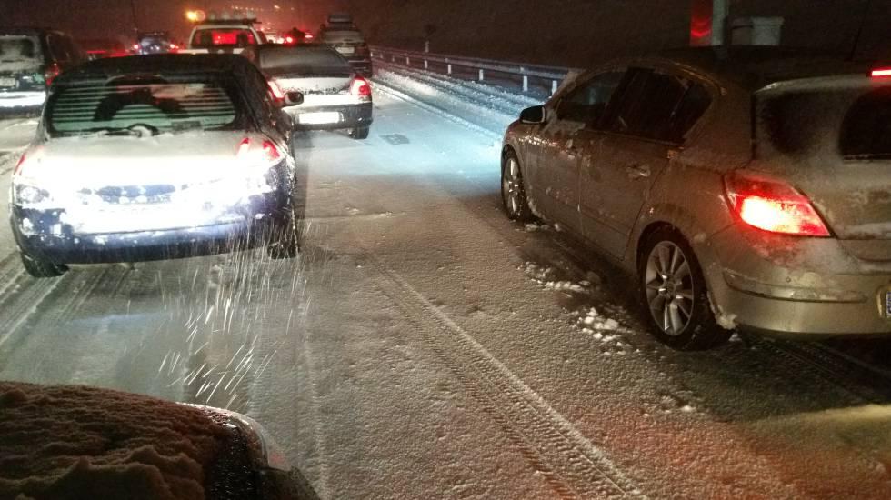 Vehículos parados por la nieve a la altura del kilómetro 60 de la A-6, este sábado.
