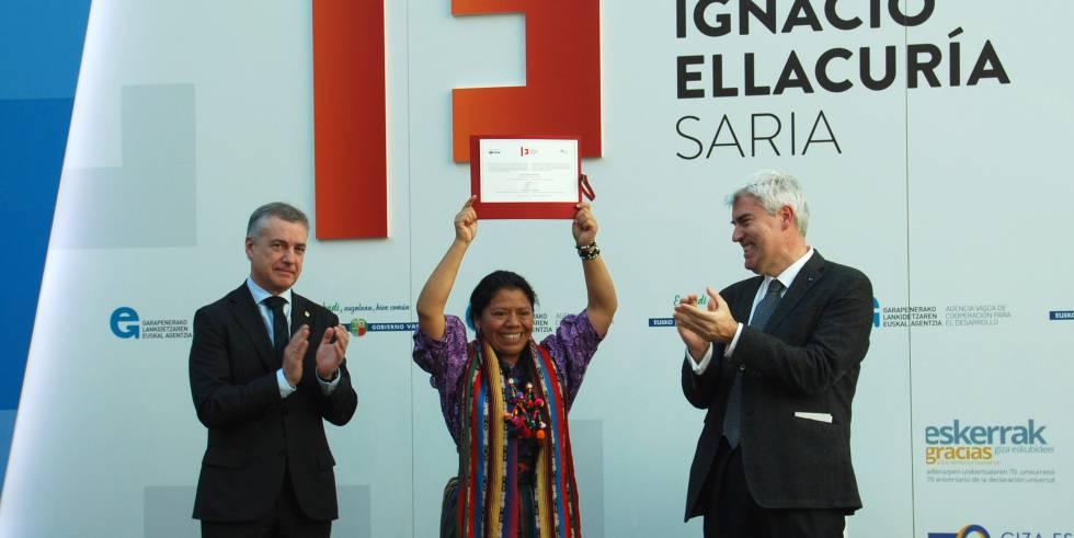 Lolita Chavez recoge el premio de manos del lehendakai, Íñigo Urkullu.