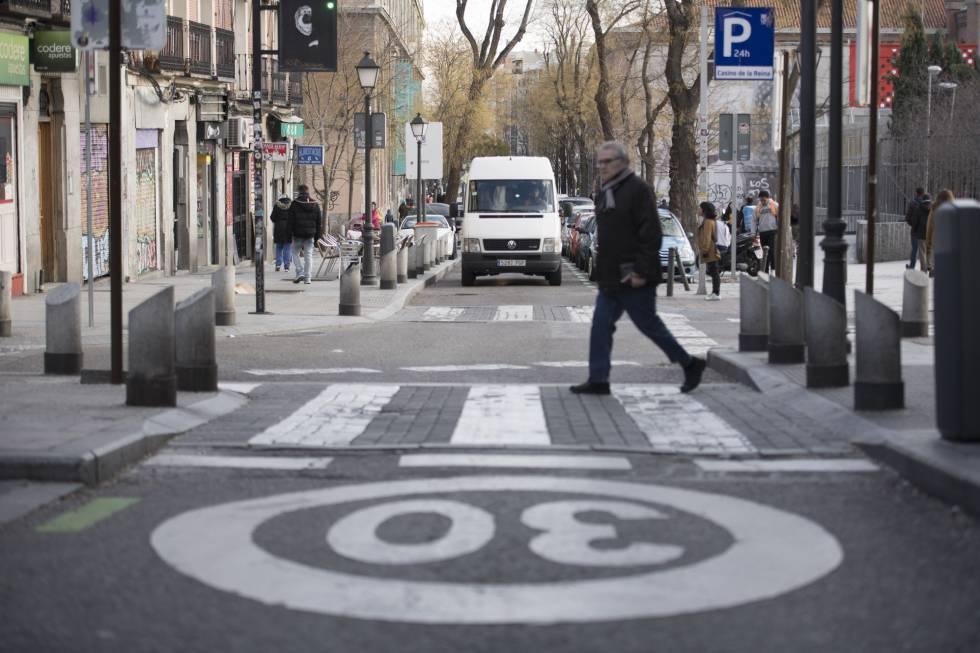 La calle de Embajadores, en el barrio de Lavapiés, limitada a 30 kilómetros por hora.