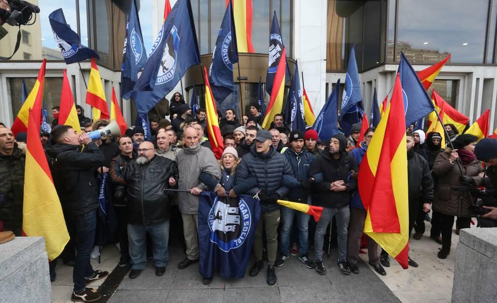 Simpatizantes del grupo de ultraderecha Hoga Social Madrid intentan evitar el desalojo del edificio que han okupado cerca de Colón.