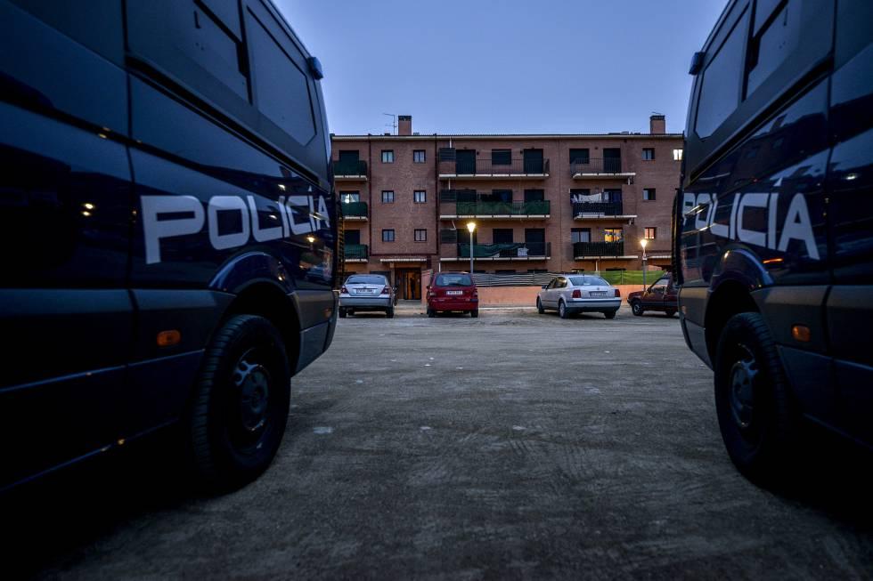 Dos furgonetas de la Policía Nacional custodian un edificio, en una imagen de archivo.