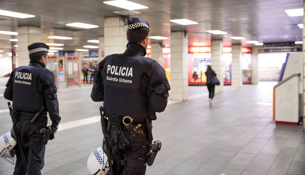 Dos agentes de la Urbana después de la acción en el Metro