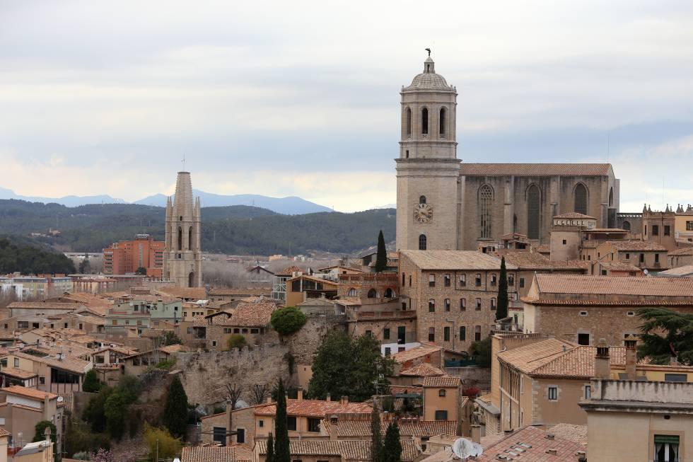 La catedral de Girona, a la derecha, y en frente la torre de San Félix.