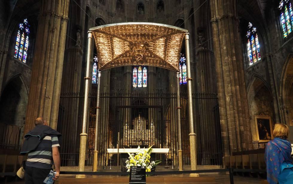 Baldaquino y altar de la catedral del siglo XIV. Detrás quedan la cátedra y el retablo.