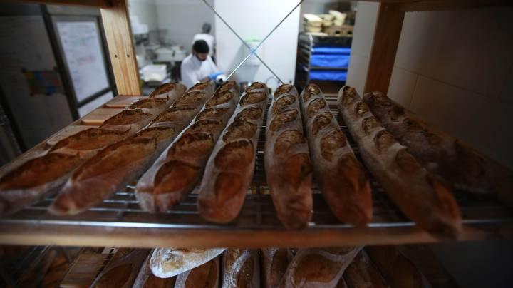 Luis Jiménez, al fondo, en su panadería Hornera.