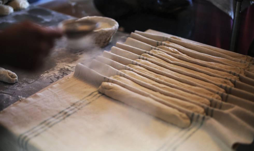 Preparación artesanal de barras de pan.