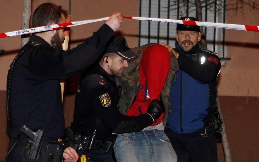 La Policía Nacional se lleva a uno de los cuatro hombres detenidos.
