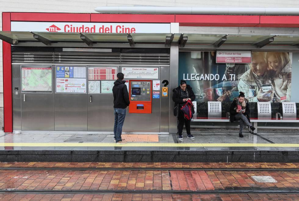 Usuarios del metro ligero esperando en una estación.