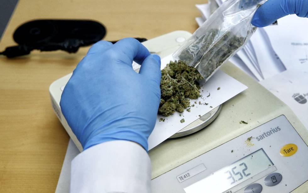 Pesaje de droga en una imagen de archivo.