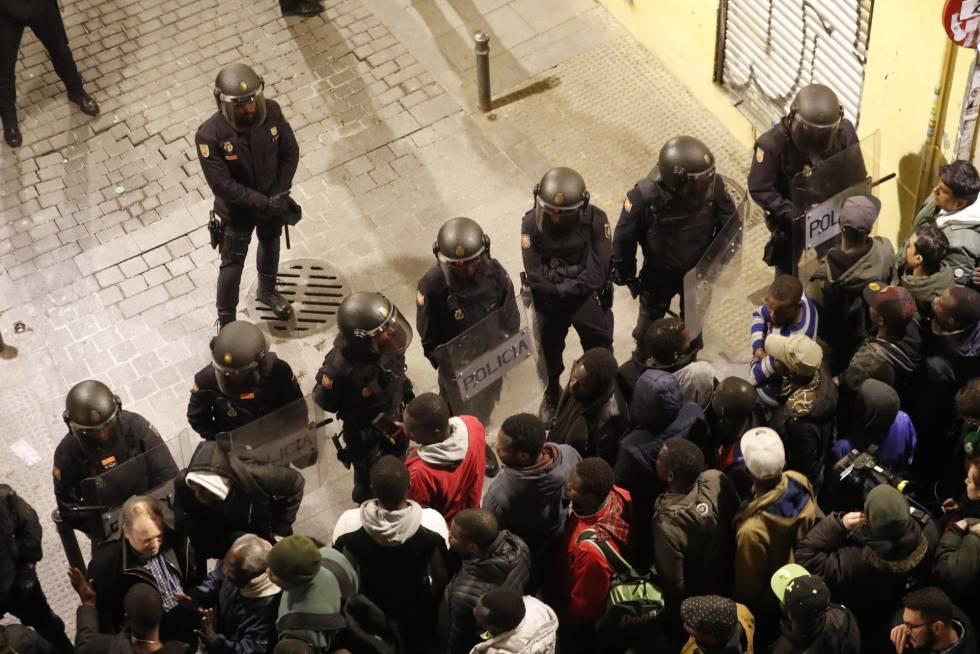 Policías antidisturbios frente a manifestantes en la calle Mesón de Paredes, en Lavapiés.