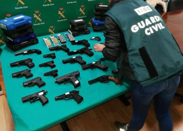La Guardia Civil interviene 69 armas detonadoras que se vendieron por Internet
