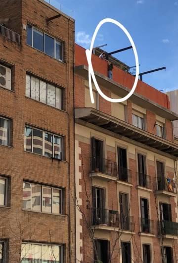 La joven en la cornisa del edificio