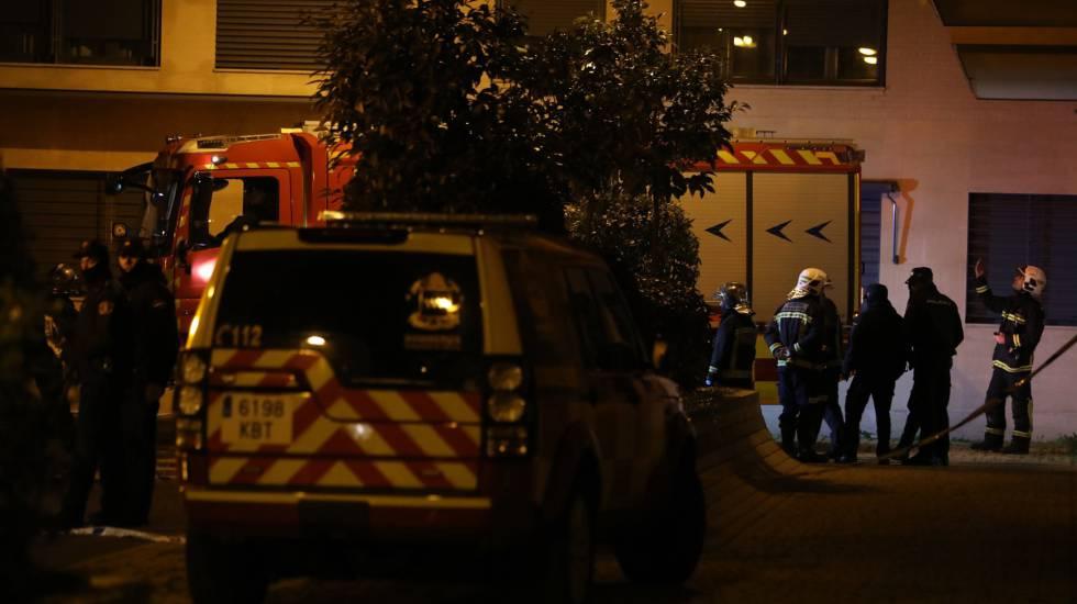 Los bomberos trabajan este martes en la vivienda de Getafe en la que han muerto dos niños.