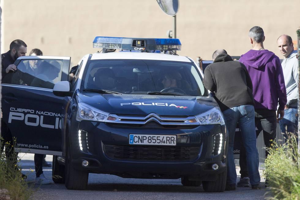 Varios agentes de la policía en la zona donde fue asesinado un hombre de 70 años en Castellón.