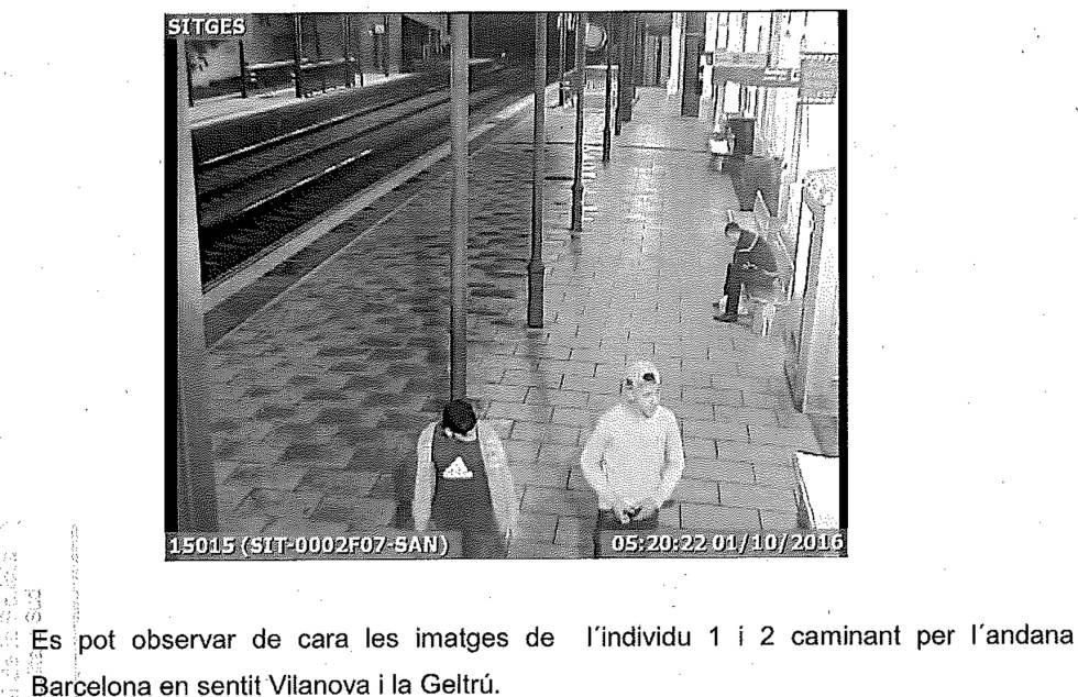 Los dos agresores captados por la cámara de la estación de Sitges.