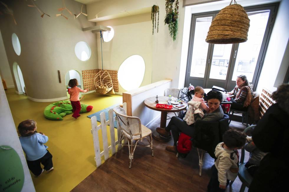 f2bd167a0 La cafetería Alayuela, con un espacio para que los niños jueguen.