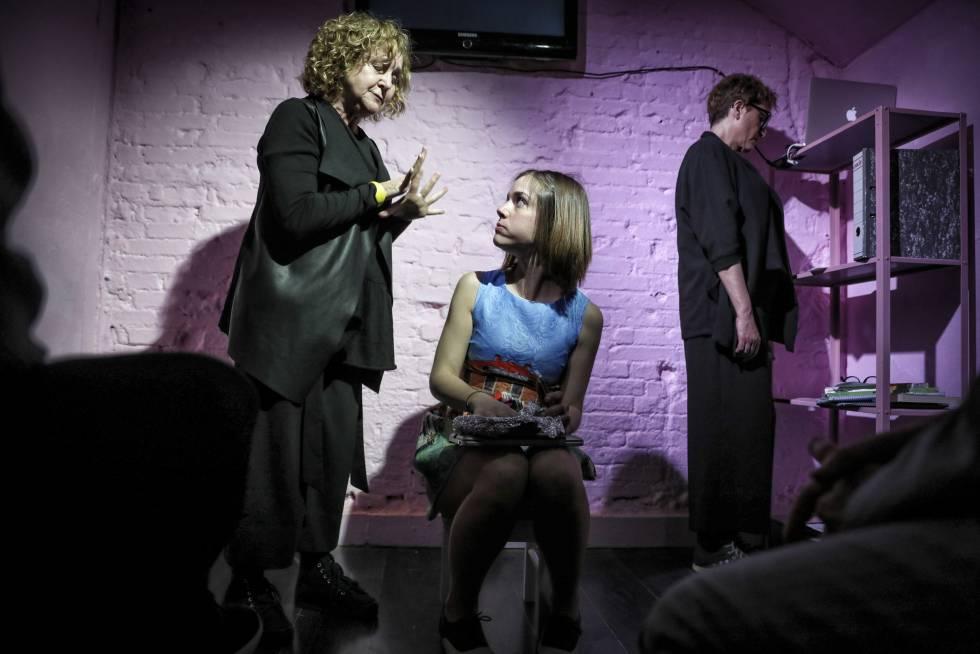 De izquierda a derecha, las actrices Ascen López, Veki Velilla y Sonia Castelo en la obra 'Au revoir Cinderella'.