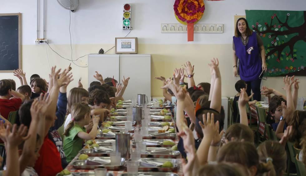 Alumnos de primaria de la Escuela Colònia Güell aplauden en el idioma de singos