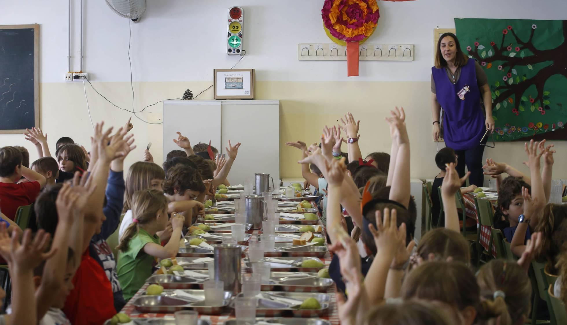 Alumnos de primaria de la Escuela Colònia Güell aplauden en el idioma de singos :: CRISTÓBAL CASTRO