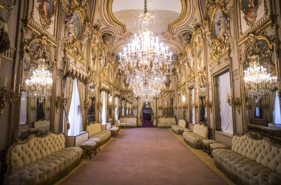 El fastuoso salón de baile del Palacio de Fernán Núñez, con su decoración y lámparas originales; al fondo, el palco de los músicos.