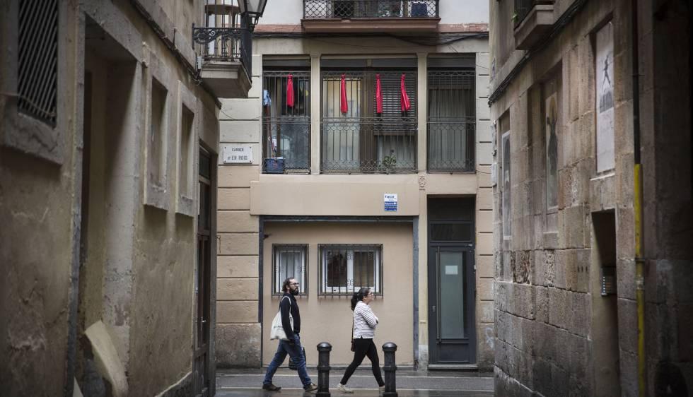 Trapos rojos en protesta por los narcopisos en la calle En Roig del Raval