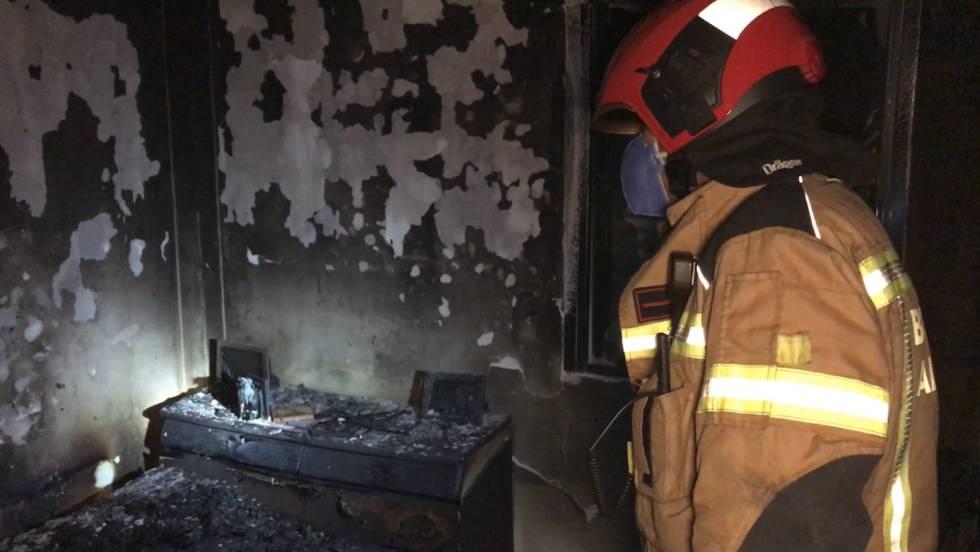 Un bombero, en la habitación que ha ardido por completo.