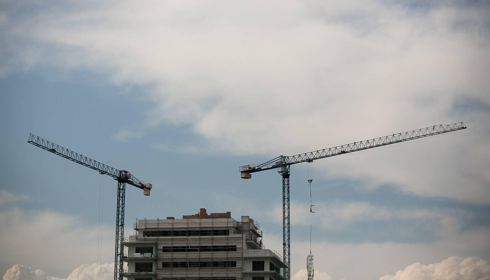 Colau obligará a las inmobiliarias a construir un 30% de pisos sociales
