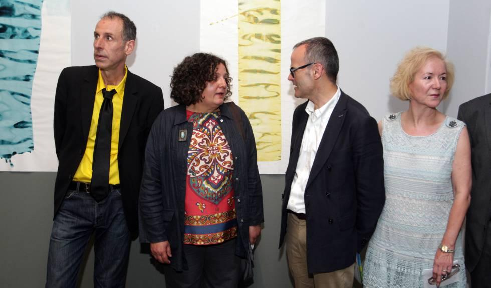 Berta Cáccamo, segunda por la izquierda, durante la inauguración de una exposición en Santiago en 2014.