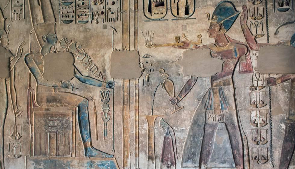 Rameses III realiza una incensación y una libación frente a Amón-Ra. Escena del muro Oeste de la capilla del templo de Medinet Habu (Luxor) destinada a albergar la barca procesional de Rameses II (sala no. 14).