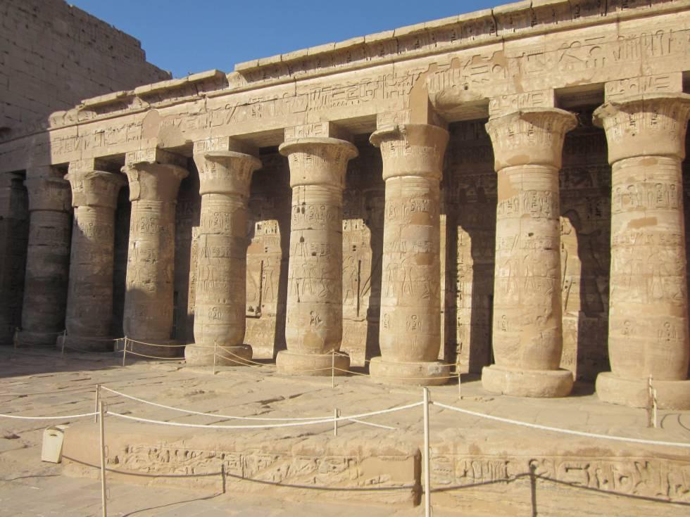 Columnas del pórtico Sur del primer patio del templo de Medinet Habu.