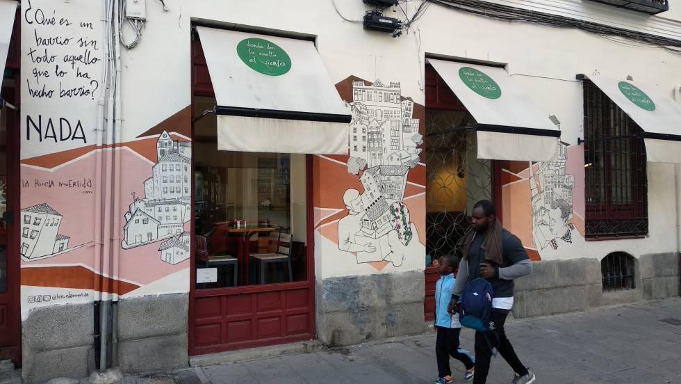 Mural de La Rueda Invertida, en la Calle Mesón de Paredes 81.
