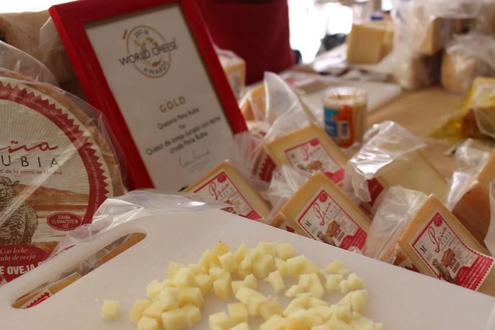 Surtido de quesos en el Mercado de Productores del Planetario.