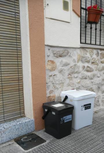 Los recipientes repartidos por el Ayuntamiento en la puerta de una casa de Orba.