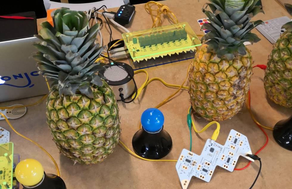 La fruta que emite sonido del estudio Playtronica.