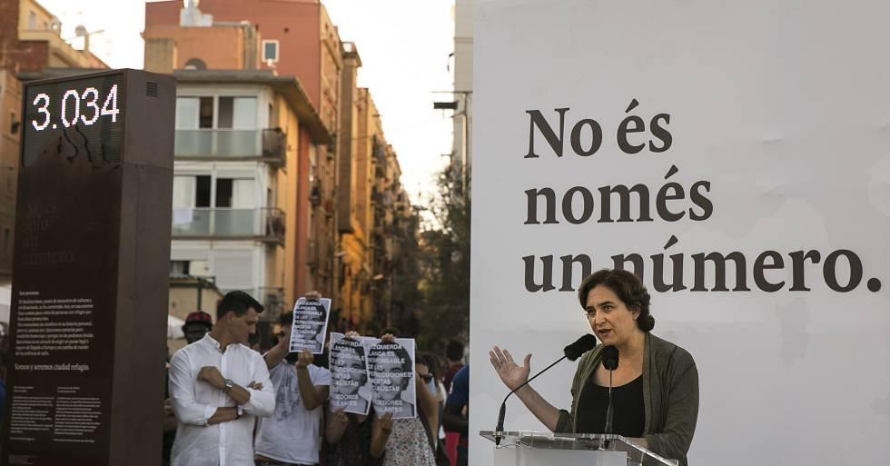 Ada Colau, inaugurando el contador de muertos en el Mediterráneo.rn