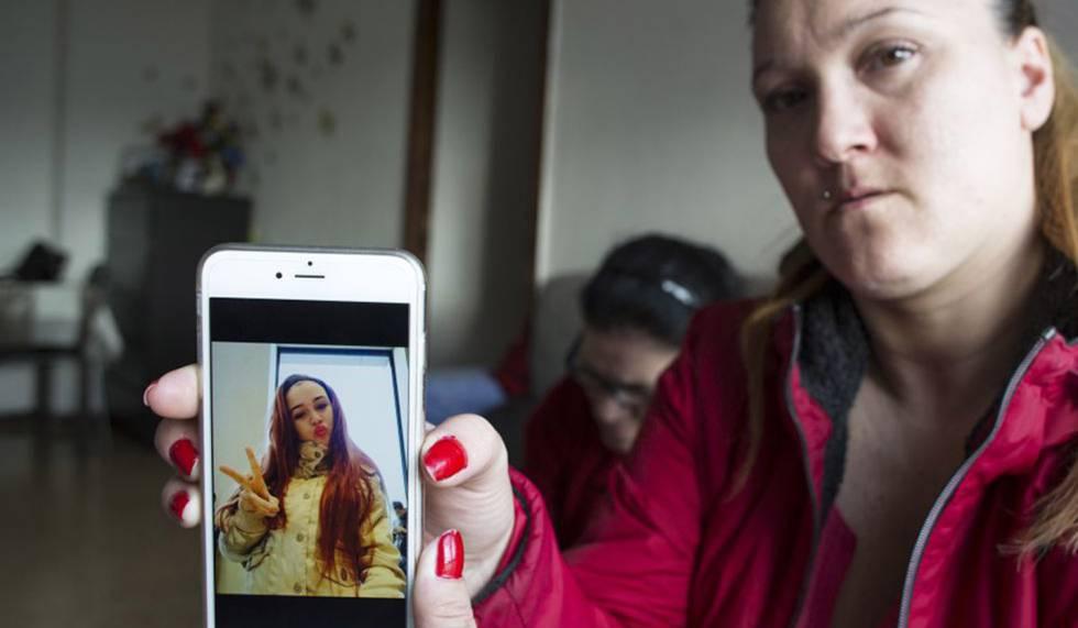 La madre de Caroline enseña una foto de su hija en el móvil.
