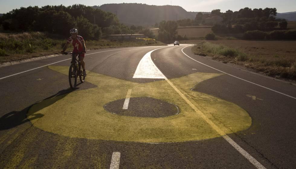 Un lazo amarillo en la carretera que conduce a la cárcel de Lledoners.