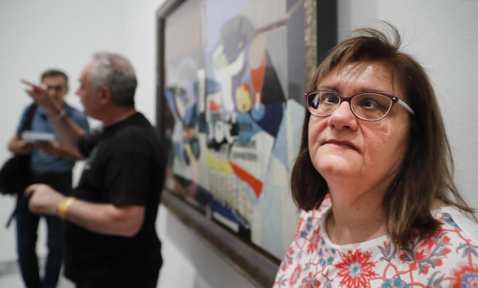 Una de las participantes, junto a Adrià y la obra 'La botella de vino', de Picasso.