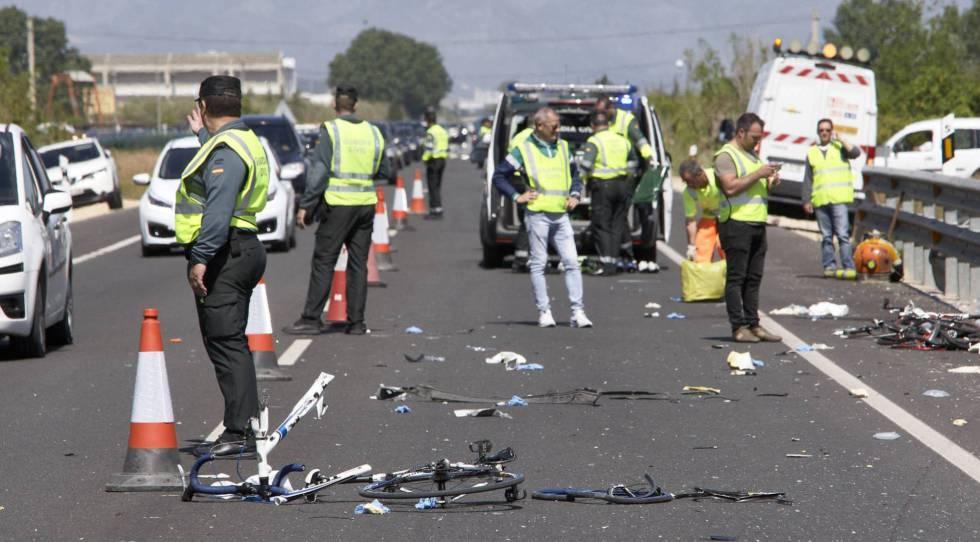Agentes de la Guardia Civil y de Emergencias en la N-332, entre las localidades de Oliva y Denia, donde una conductora arrolló el pasado año a un grupo de ciclistas.