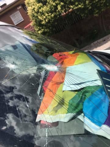 Parabrisas de un coche destrozado en Rivas.