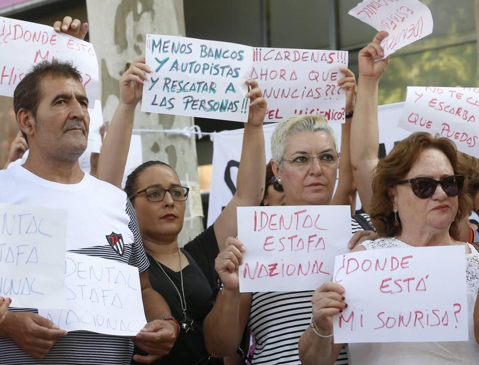 Concentración de afectados de iDental ante la Consejería de Sanidad.