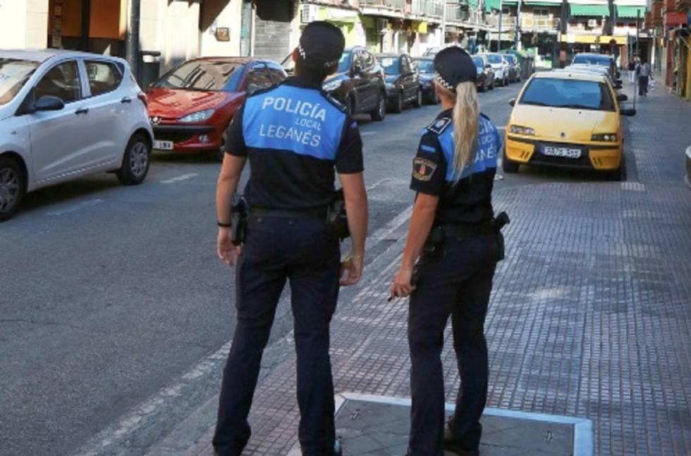Dos agentes de la Policía local de Leganés.