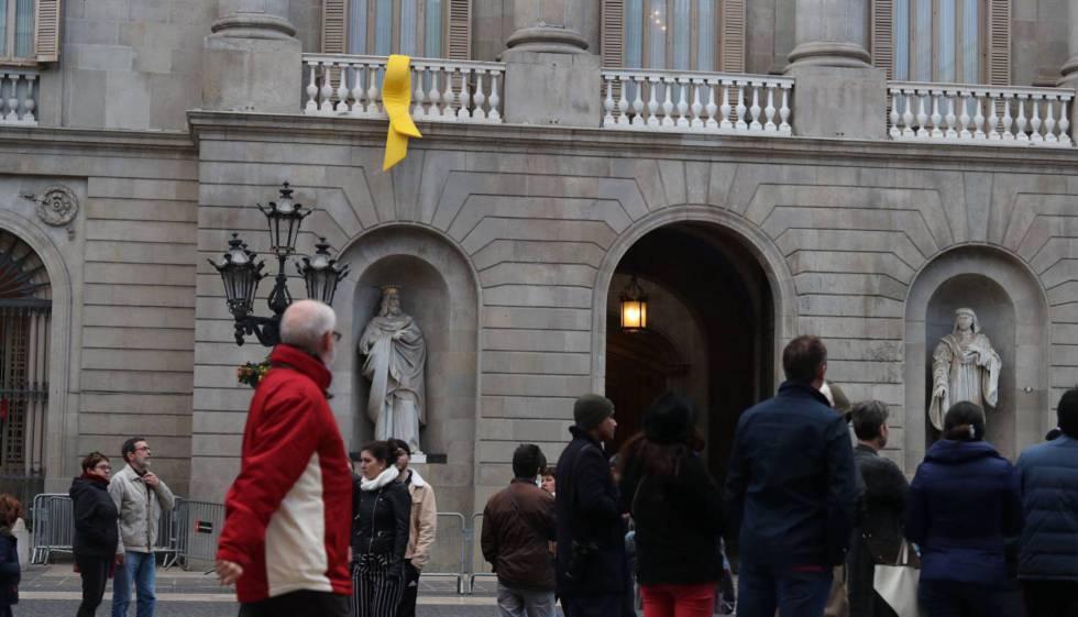 Lazo amarillo en el Ayuntamiento de Barcelona.
