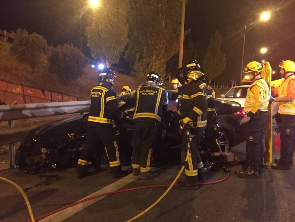 Los bomberos rescatan al conductor del Opel Insignia, que ha resultado herido menos grave.