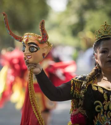 Detalle del vestuario de los bailarines bolivianos.