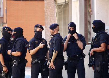 1f449e5d71dfb Agentes de los Mossos ante el edificio donde residía el atacante.