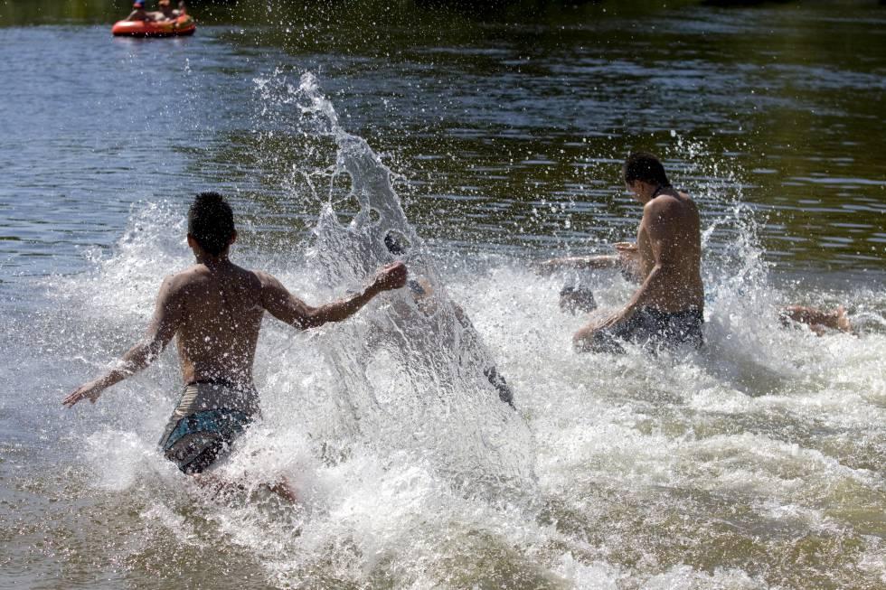 Bañistas en la playa del río Alberche.