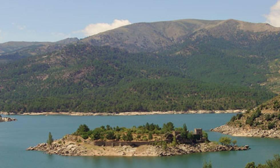 Isla del Burguillo con su recinto amurallado.